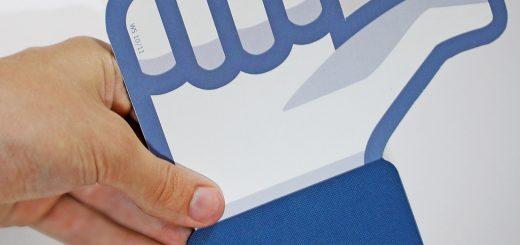 Facebookduim vastgehouden door echte hand consumentenbond claim